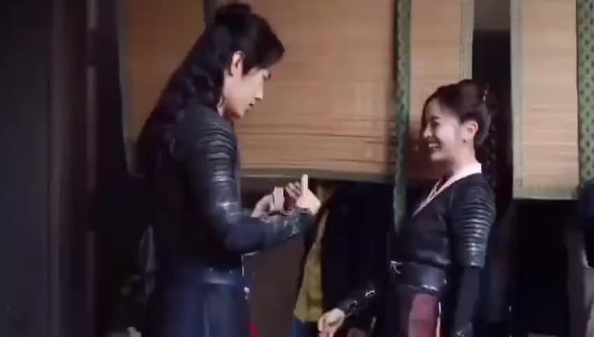 在肖战吴宣仪新剧路透视频中,两个人互相比量腰围……