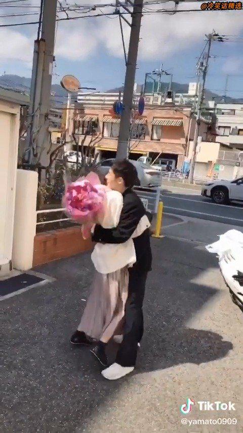 日本高中毕业季男生女生们给各自心仪的对象送花表白的合辑!