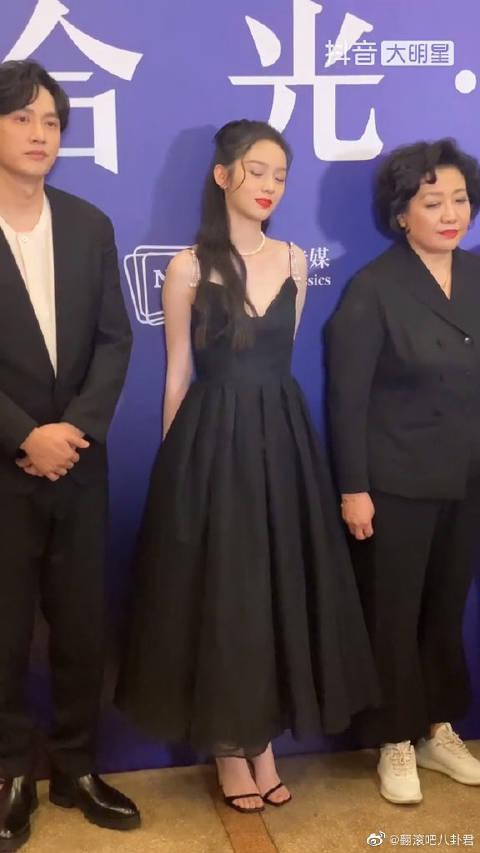 周也小姐姐低头捂嘴一笑也太迷人了~ 有人说,她和张婧怡长得像?