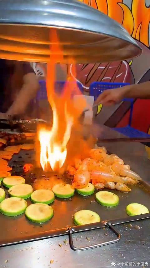铁板烤鱼泡,老爸总说鱼身上的都是精华,最后这漏气的样子夸张了