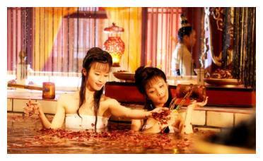 皇上想得到杨玉环,直接表明身份,杨玉环吓得当场溺水!