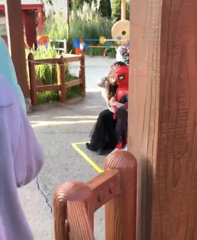 baby带儿子逛公园,小海绵扮蜘蛛侠超萌,杨颖对路人挥手拒拍