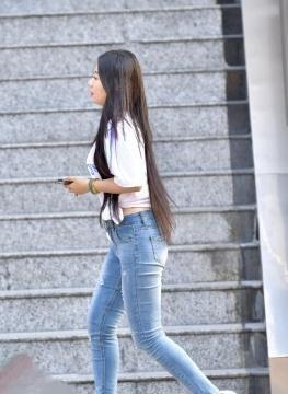 在这个穿搭简单的季节里,牛仔裤是姑娘的最爱,尽显身材和气质