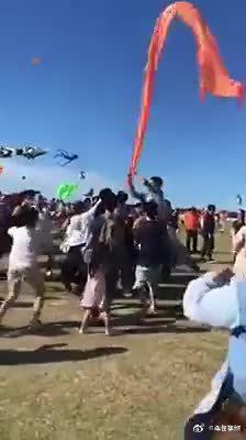 放风筝一定要看好自己的孩子