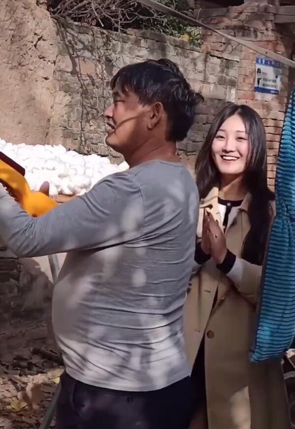大衣哥的媳妇捡棉花干农活,一家人玩游