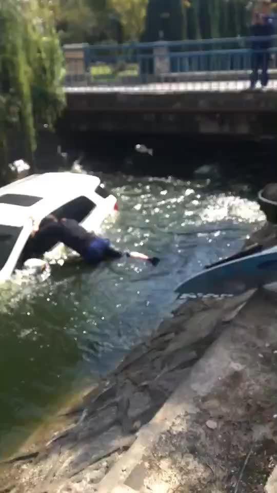 网曝:女生倒车误进河里,水深及腿,没有危险……