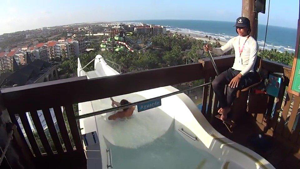 白色跳楼机式水滑梯,体验人在前面飞,魂在后面追的感觉