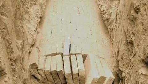 陕西出土墓葬群,考古专家在墓中发现一男一女,盖着被子没有棺材