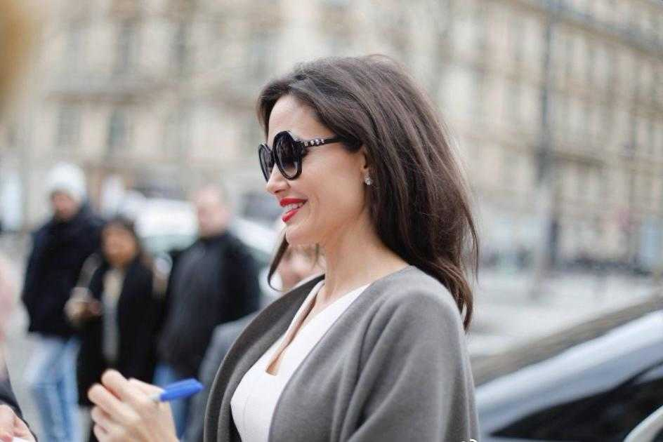 安吉丽娜·朱莉气质太出众,穿白色连衣裙+灰色披肩,高级又优雅