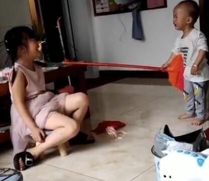 姐弟打架,下一秒的举动让人暖心,网友:看完后自己也想生二胎了