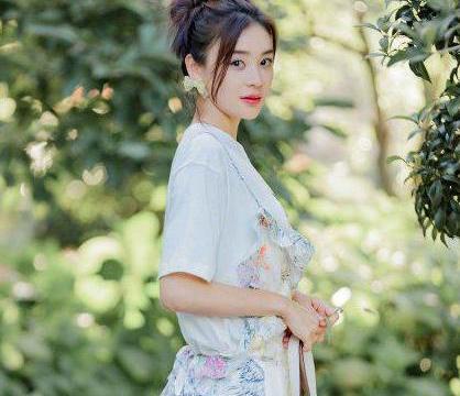 袁姗姗九月最新靓照,白T搭配清新吊带裙,不规则设计减龄又甜美