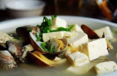 一块老豆腐一把花蛤,鲜香美味,做一锅都不够自己吃