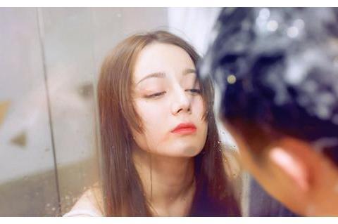 迪丽热巴下班生图被热传,镜头拉近她手腕肤色,莫名觉得很眼熟