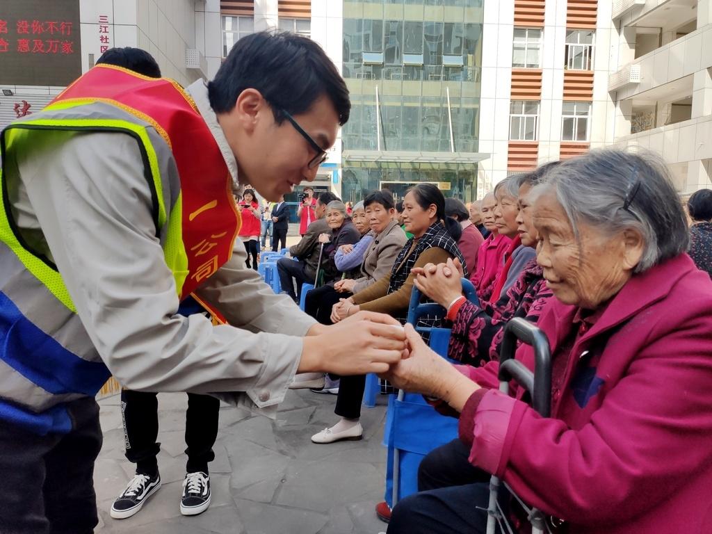 双流一项目工会开展重阳节慰问 为500余户家庭老人送慰问品