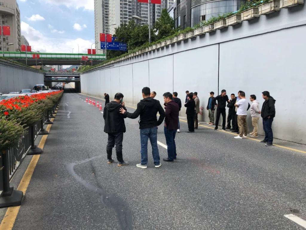 突发!贵阳北京路一匝道路面出现裂纹,有塌陷隐患!目前交通管制