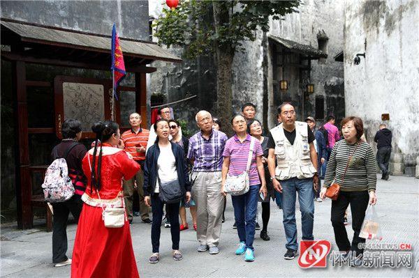 深耕长三角旅游市场初见成效  华东火车专列团游客走进洪江古商城