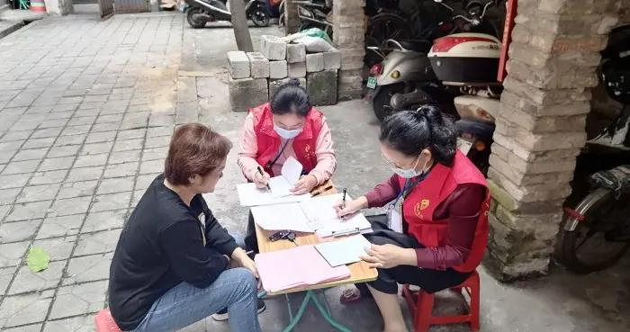 人口普查员的星期六:全天入户登记 见缝插针参加培训