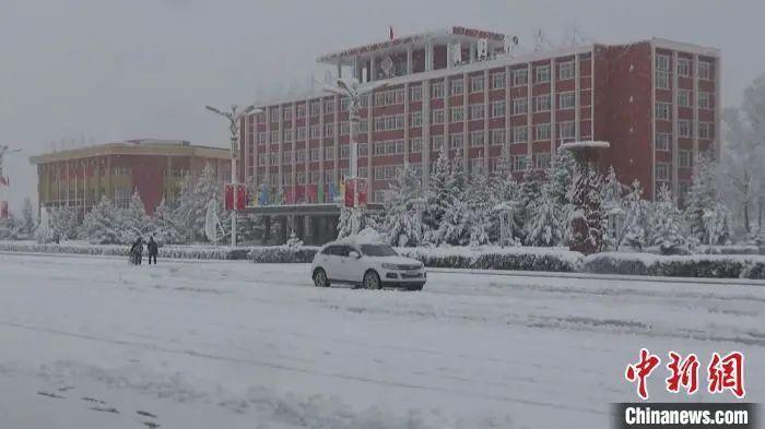 10月11日,内蒙古自治区大兴安岭北部满归林区出现大范围降温降雪天气,积雪厚度超过20厘米。顾万廷 摄