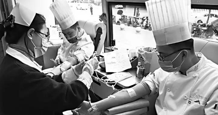 得知血库告急 酒店50多名员工挽袖献血