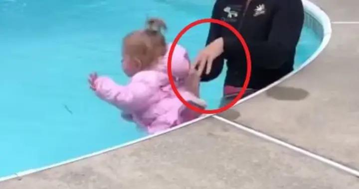 外国教练上游泳课把婴儿扔进水池,现场教学预防儿童溺水,惹争议