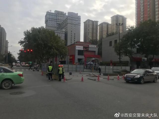 西安龙首村十字路面发生塌陷 现已对塌陷范围进行围挡