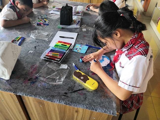 莱州市齐东社区开展团扇彩绘活动(图)