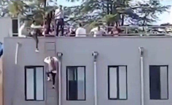 格鲁吉亚一银行遭2名武装分子劫持 部分人质从屋顶成功逃脱