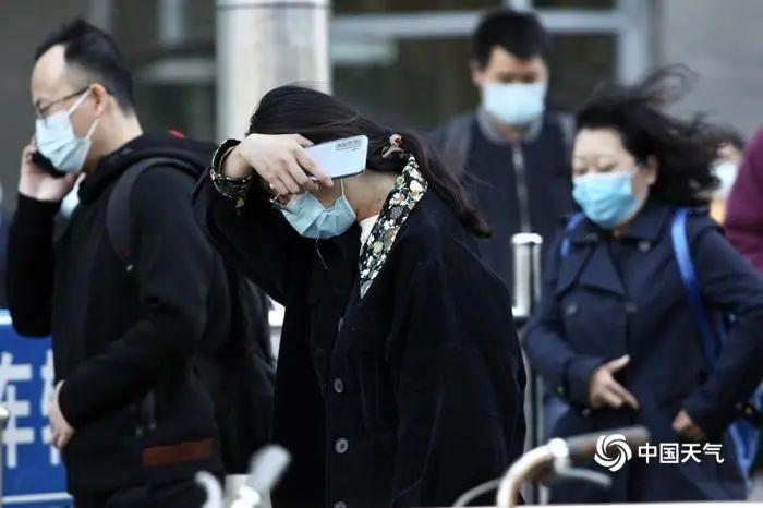 10月21日,早晨北京大风劲吹,街头行人头发随风飞舞。(图/王晓,来源:中国天气网)