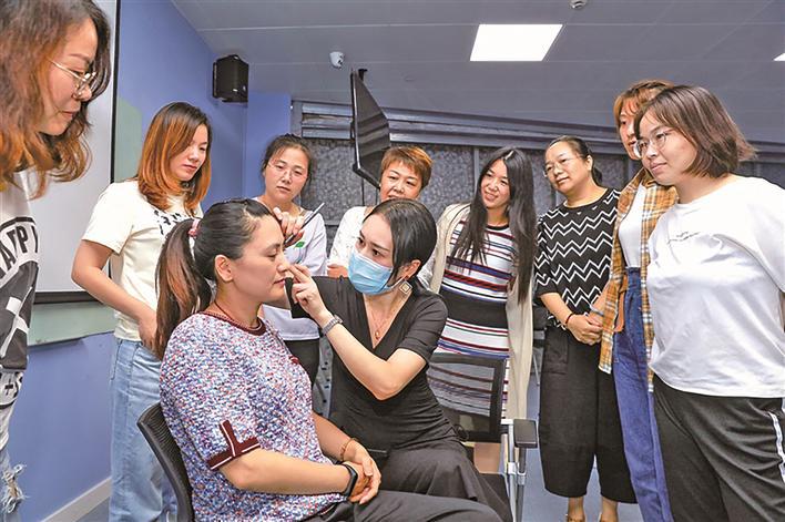 靖江市总工会举办美妆培训班