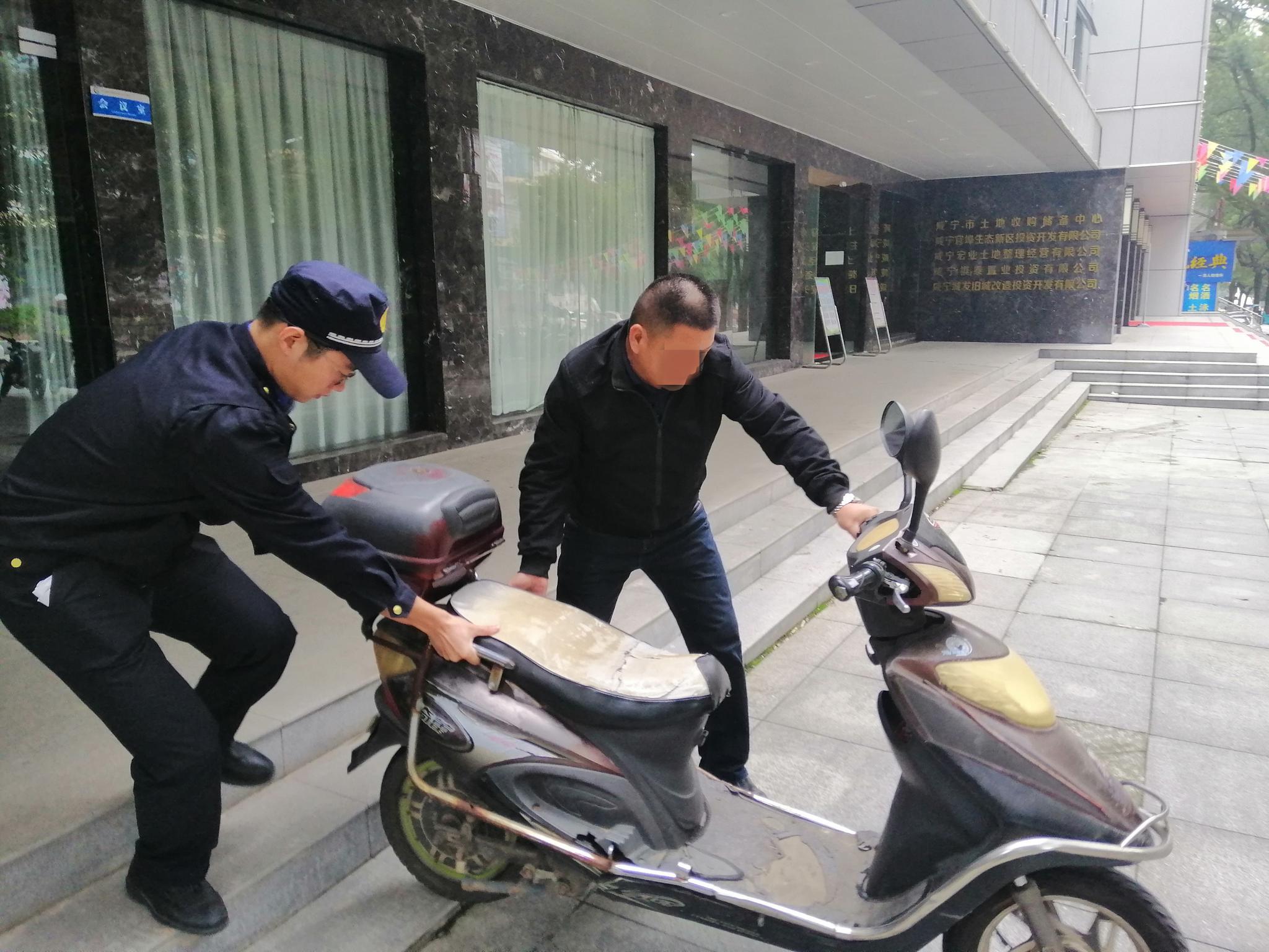 @咸宁人,发现人行道违停,请打这个电话