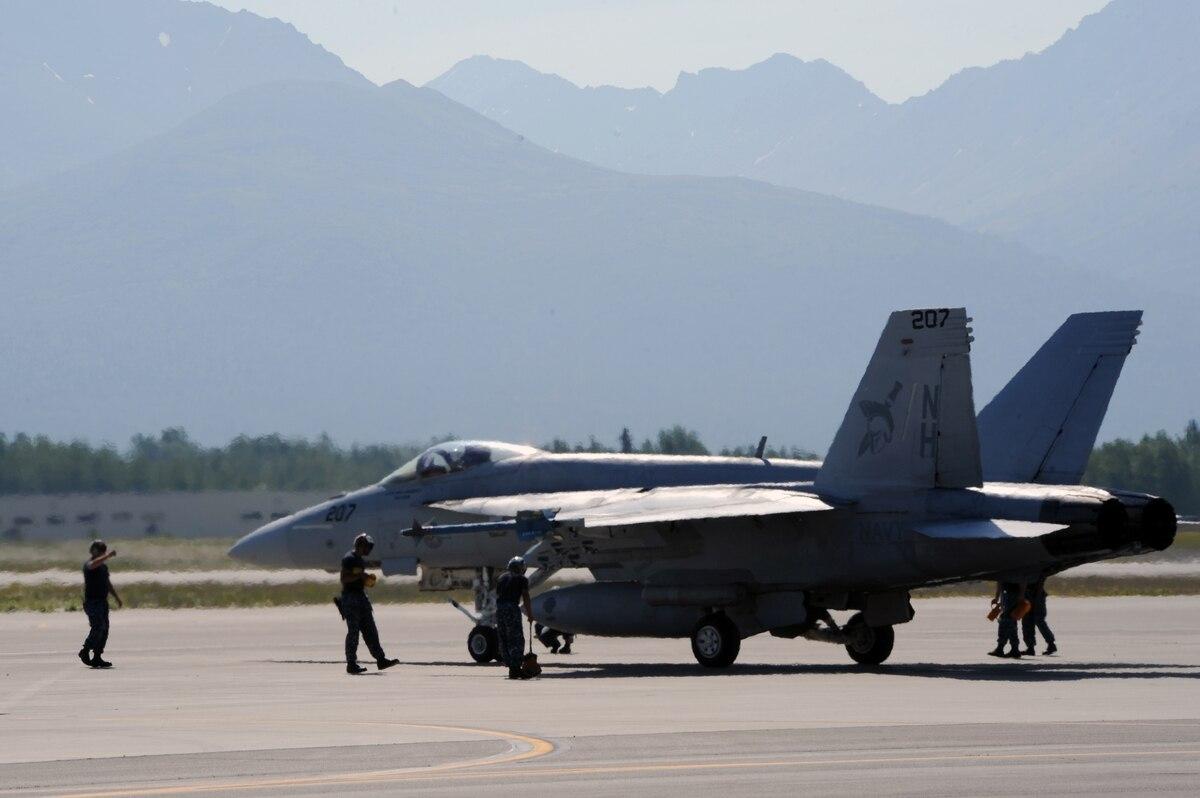 """美国一架F18在""""中国湖""""附近坠毁 飞行员跳伞"""