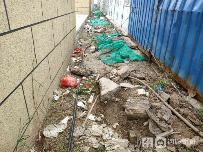 垦利区明珠广场停车场南侧存在垃圾堆积现象