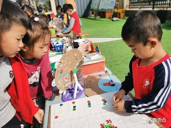 """蓝天幼儿园开展第一届""""亲子自制玩教具""""比赛活动"""