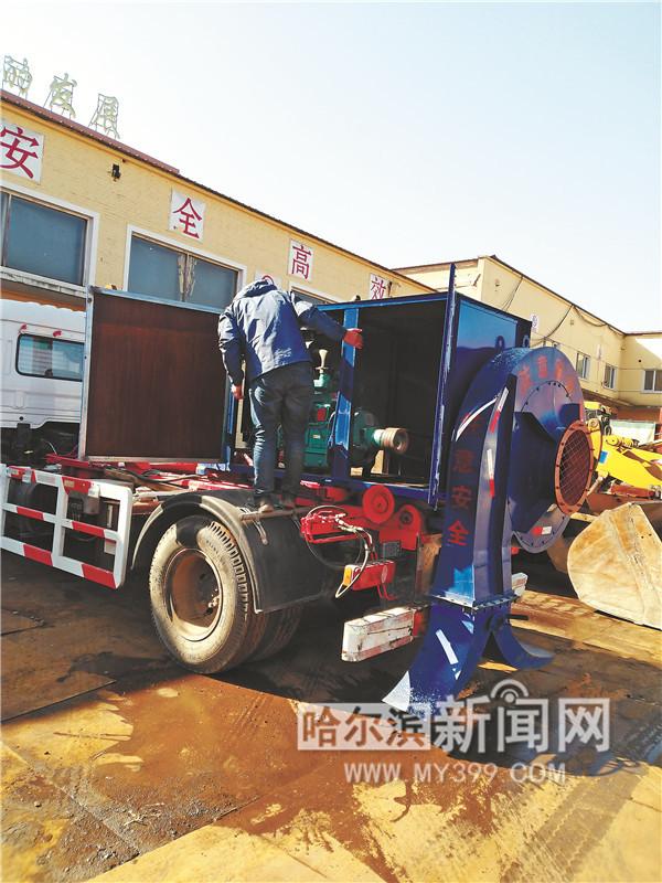 卡车变身吹雪机 一台机械顶百人