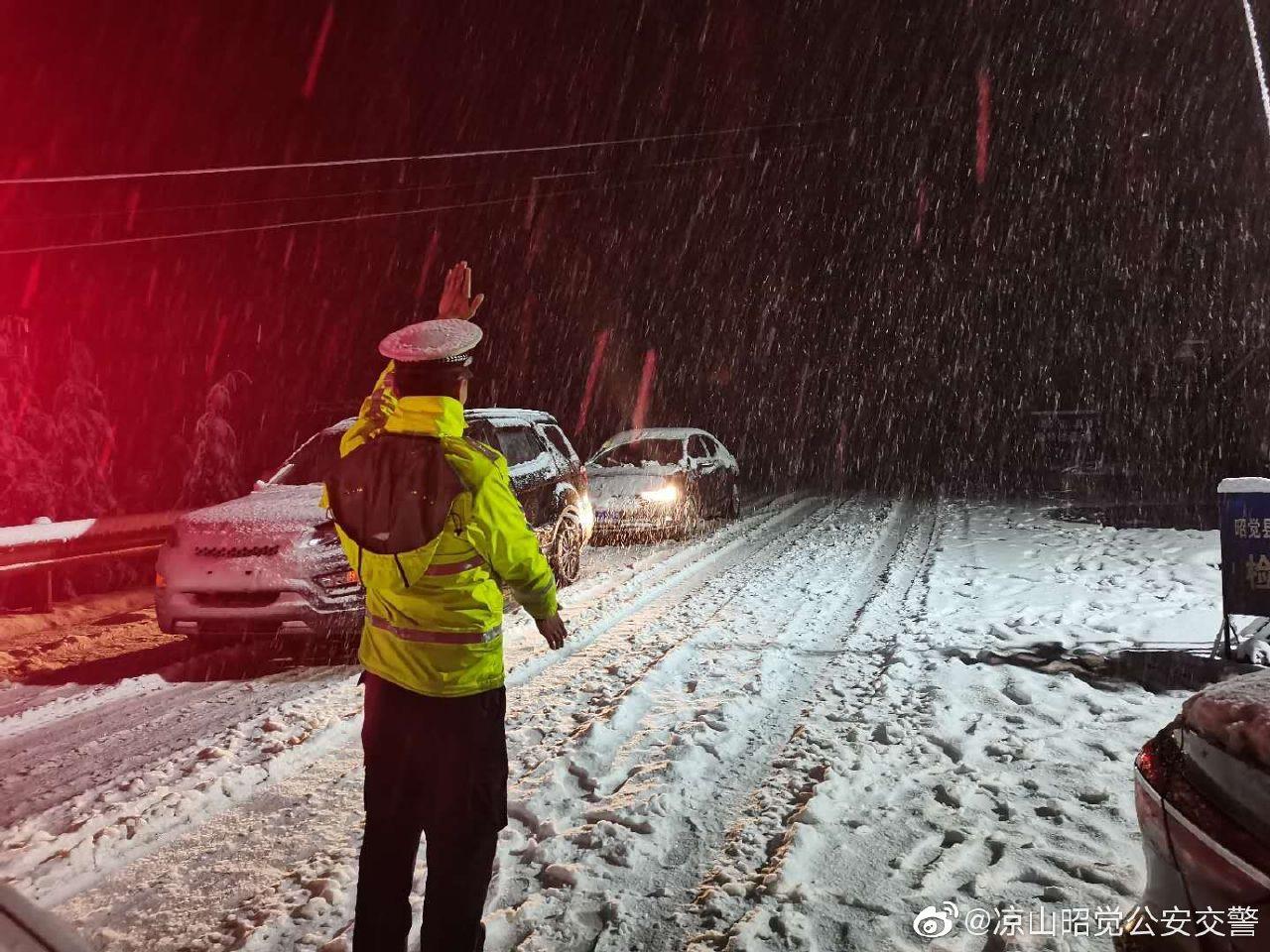 四川凉山多地出现强降雪,前往泸沽湖G348盐源小高山段等多条道路交通管制