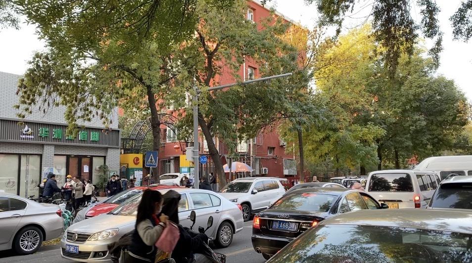 家门口的学校早上老堵车,多车齐鸣居民被迫早起︱有事@新京报图片