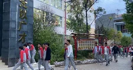学校建在县城中心地段 学生背着土豆上学的日子一去不复返