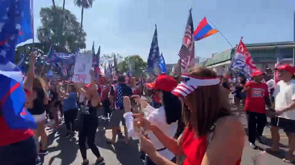 美国人唱唱跳跳支持特朗普
