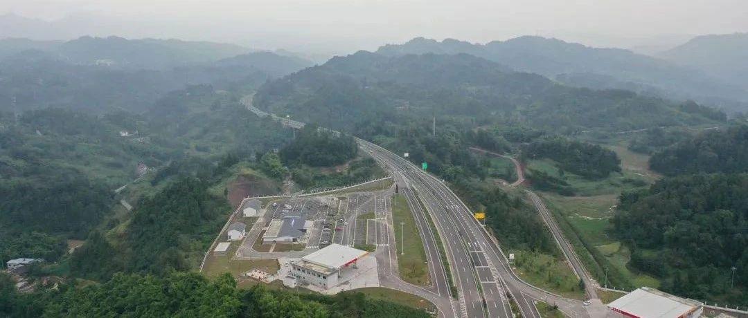 贵州修的这条高速公路正式通车,到重庆更方便了