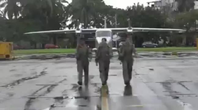 印度海军首批三名女飞行员正式服役