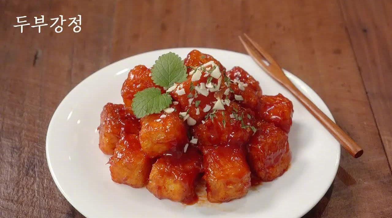 甜辣脆皮豆腐:①豆腐切块,放入3汤匙土豆淀粉混合均匀……