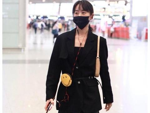 袁冰妍现身机场,深秋季节依然不忘大秀美腿