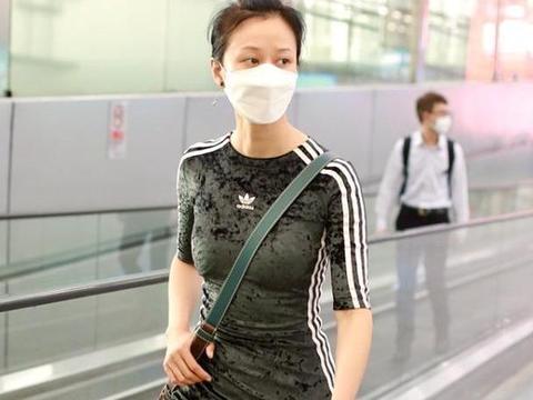 倪虹洁穿紧身裙出门,虽然都勒出褶了,但看着依旧很有风尘感