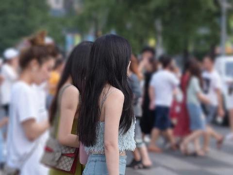 街拍:淡蓝色毛绒吊带短衫,尽显优美风姿