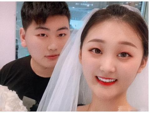 大衣哥儿子搂老婆,在直播间公然秀恩爱,陈亚男被曝一晚赚十几万