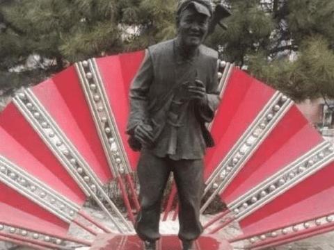 赵本山铜像被破坏,景区无人打理,给活人立铜像合适吗?