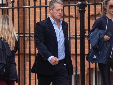 幸福!休·格兰特和妻子安娜·艾伯斯坦外出新街拍