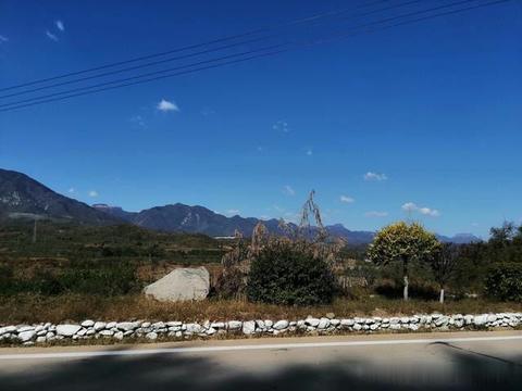嶂石岩的蓝天白云红叶