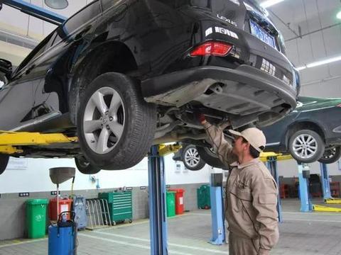 汽车保养技师开客人跑车办私事,撞上隔离带,4S店:不赔只修