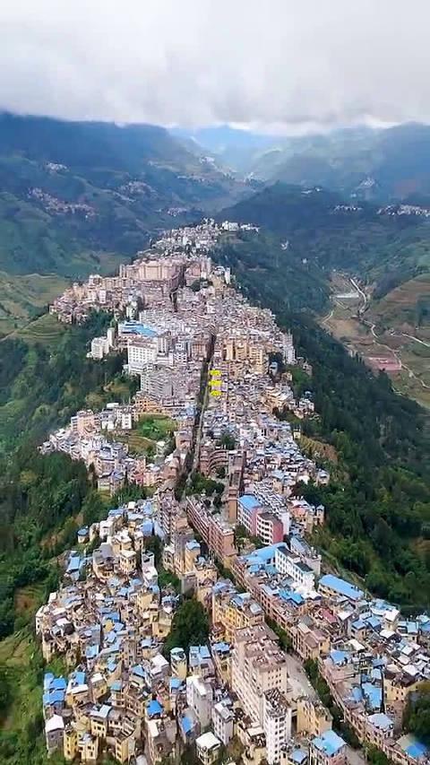 云南一座没有红绿灯的县城,建在6000多米长的山脊上……